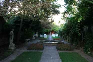 24 Secret Gardens of Venice - secret-gardens-venice_header-84509