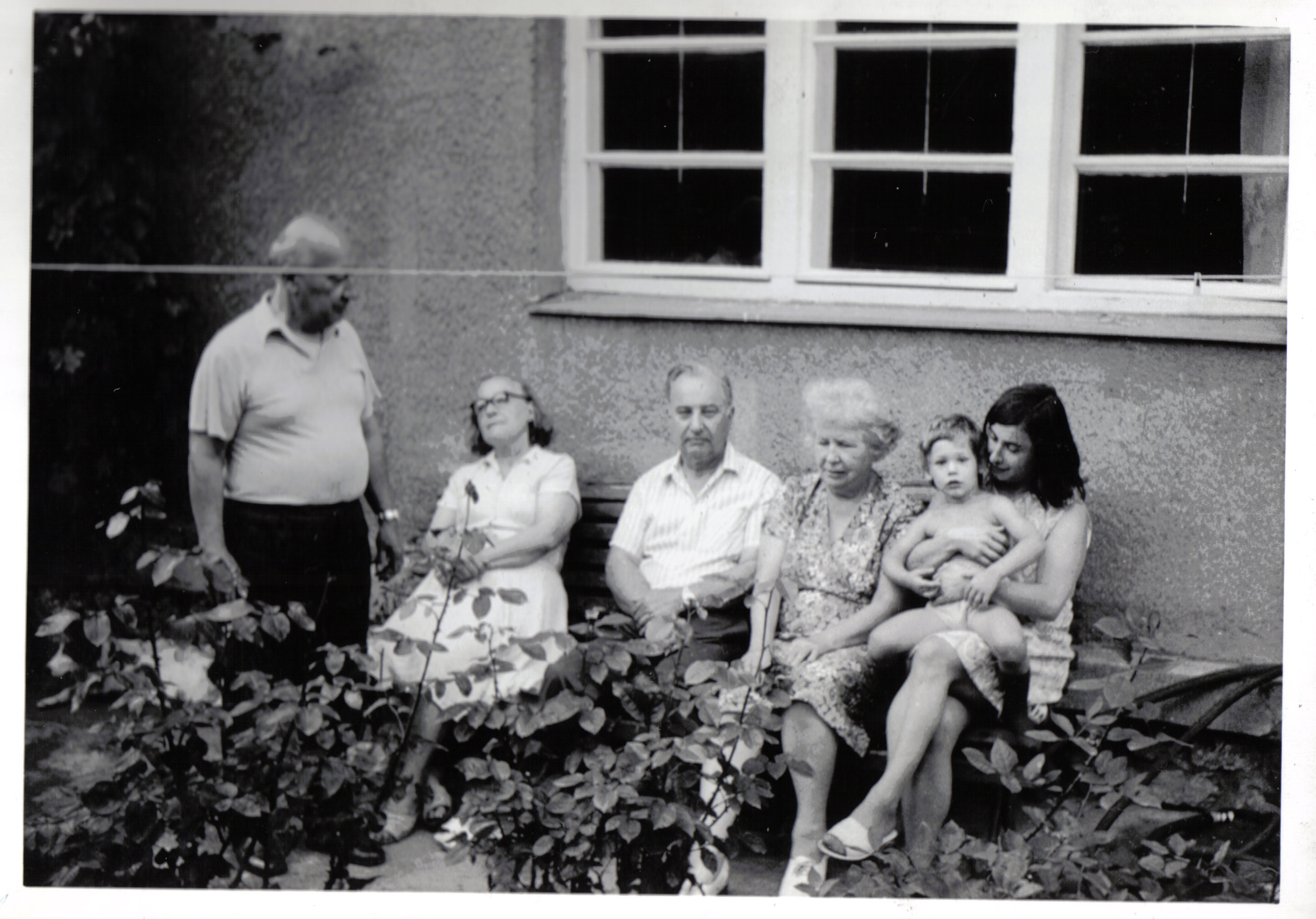 09 [picture] in our Rosegarden: Uncle Pepi (left), beside aunt Bea, uncle Pavel, his wife aunt Zdenka and mum Renate with me as little child